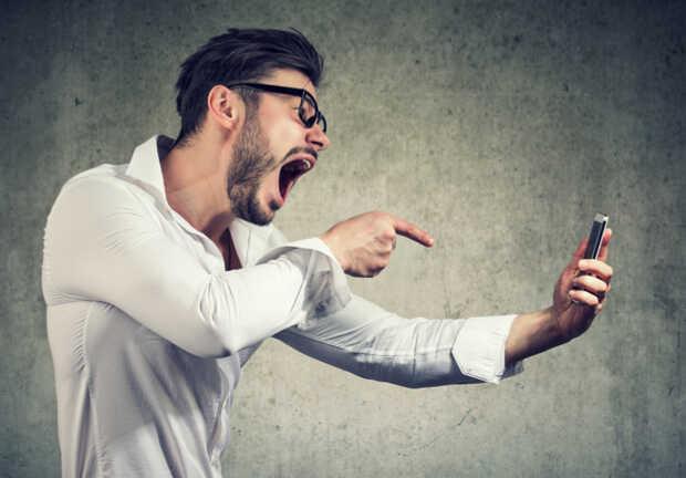 Elimina ya de tu teléfono Android estas 7 aplicaciones prohibidas Hombre molesto con smartphone