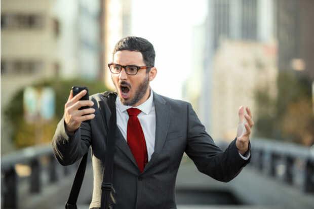 Hombre con smartphone Eliminan de Play Store un adware que fue descargado millones de veces