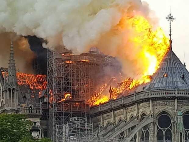 Incendio derrumba el tejado y la aguja de la catedral de Notre Dame en París