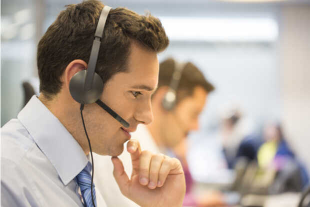 Hombre con audífonos Empleados de Amazon también escuchan lo que le dices a Alexa