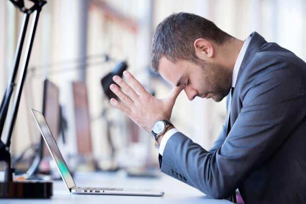 Hombre con portátil estresado Muere Inbox pero Gmail aún no recibe todas sus ventajas