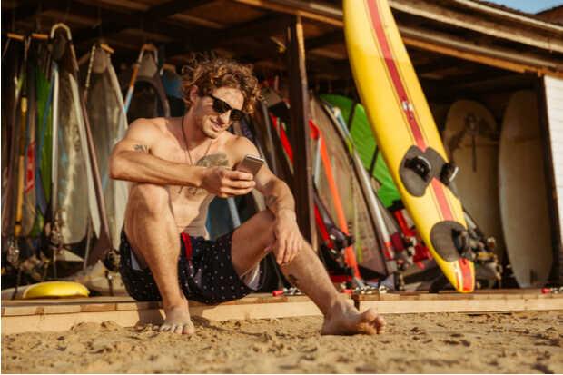 Hombre con smartphone en la playa Mensajes de voz en WhatsApp estrenan esperada función en Android
