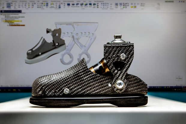 Estudiante diseña prótesis para su vecino con discapacidad que ahora puede caminar y hasta correr