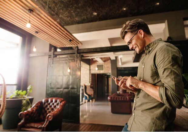 hombre smartphone hogar