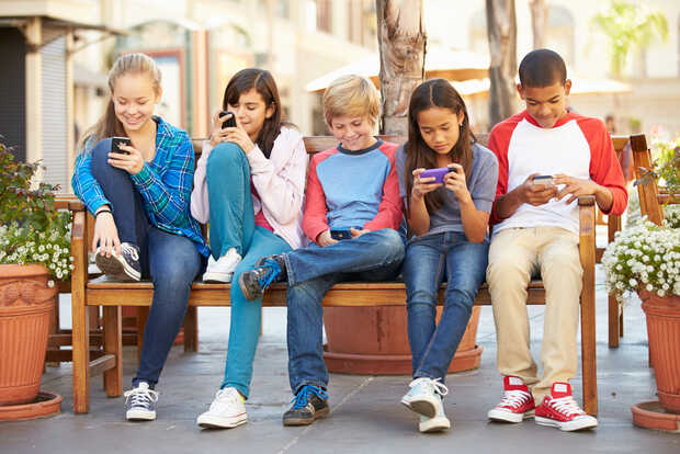 Cómo elegir el mejor primer móvil para un niño