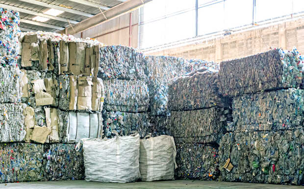 En la planta procesadora de Plastitec Group se recolecta, clasifica, limpia y regenera el plástico PET de un solo uso, para luego transformarlo en resina reciclada (PET-PCR grado alimentario) que sirve de materia prima para diferentes industrias.