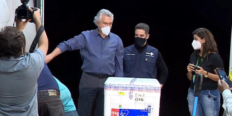Governador Ronaldo Caiado recebe novo lote de vacinas contra a Covid-19 (Foto: Reprodução/ Governo de Goiás)