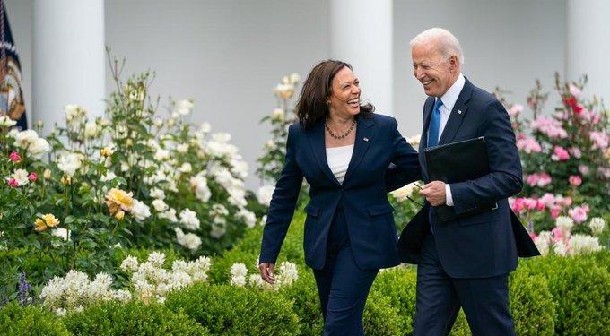 Biden e Harris, sem máscara, depois da vacina (foto divulgação @Potus)
