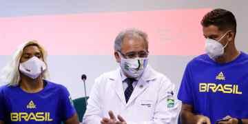Ministro da Saúde, Marcelo Queiroga (ao centro) com atletas olímpicos vacinados (foto Fernando Frazão, Abr)