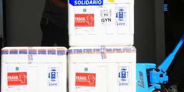 Caiado recebe nova remessa de vacinas em Goiás