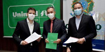 Diretor de Mercado da Unimed Goiânia, Frederico Moraes Xavier,  Eduardo Britto (CRECI) e  Olom Pinheiro (ELO) na assinatura do contrato (foto divulgação)