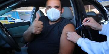 Cidadão recebe a vacina em Aparecida de Goiânia (foto Ênio Medeiros)