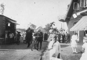 -48- Noch eine Kirmes-Aufnahme. Blick aus der Straße Am Markt in Richtung Sanderstraße. Rechts ein Teil des Giebels des alten Bröring Hauses.