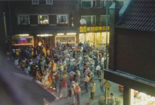 -109- Der Marktplatz zwischen Tepe und Weiß bietet sich für Veranstaltungen Open Air an, Aufnahme 1990