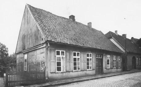 """-59- """"Fikaols Stall"""", später als Spritzenhaus genutzt. 1837 war der Besitzer Arnold Mäkel. 1925 verkaufte seine Witwe das Haus an die Gemeinde."""