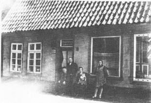 -10- Die Aufnahme aus dem Jahr 1930 zeigt Buchbindermeister Franz Krapp mit Mutter, Frau und Tochter.