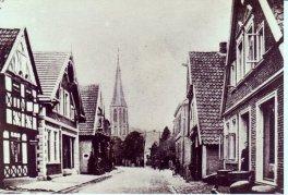 -203- links die Häuser von Schuster Arkenau, später Ipi, daneben Osterhoff, später Lehrer Schmitz, der hier ein Geschäft für Haushaltswaren betrieb.