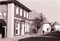 -179- In den 80er Jahren die Familie G. Suntken die Gaststätte und führt sie bis heute unter dem Namen Bürgerstuben.