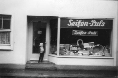 """-61- In dem Hause Moritzer untergebrachtes Fachgeschäft """"Seifen-Puls"""""""