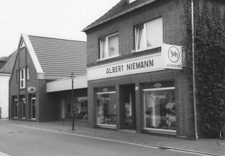 -86- So stellt sich die Situation heute dar. Das Geschäft Niemann erstreckt sich inzwischen über drei ehemalige Grundstücke.
