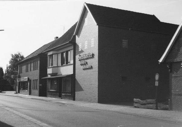-97- Später wurde das Anwesen von Erich Horstkötter übernommen, der hier bis heute eine Versandschlachterei führt. Links daneben sieht man die Bäckerei Willenborg. Aufnahme 1992