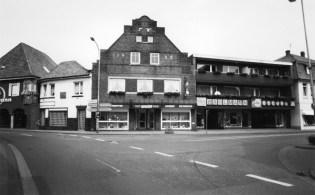 """-6- Die gesamte Häuserzeile Bahlmann, das Eckhaus ehemals """"Weiss sin Stall"""", später """"Horns Pietze"""", Uhren Weiss, und Elektro Bahlmann, der ehemalige Oldenburger Hof im Jahre 1993."""