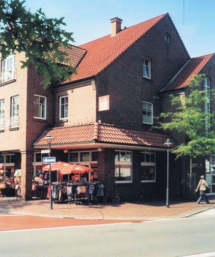 -38- Vorderteil zur Bahnhofstraße, der Geschäfts- und Wohnkomplex Bahlmann (2003)