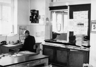 Schalterraum, Vorsteher Hausfeld, Foto: Quill November 1964