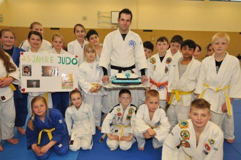 25 Jahre Mitglied: Die Judo-Abteilung der DJK Altendorf 09 überraschte ihren Abteilungsleiter Christian Glowiszyn beim Trainingsabend mit einigen Geschenken. Neben einer Torte und zwei Judoanzügen gab es eine kleine Fotocollage.