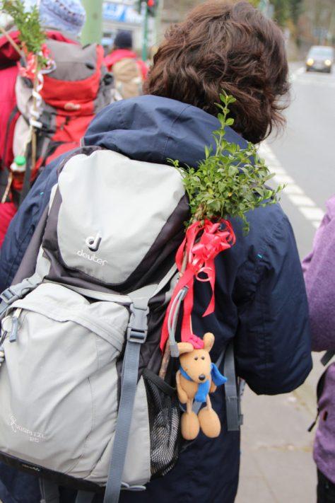 Die Rucksäcke der Teilnehmer waren mit Palmzweigen verziert, die beim Abschlussgottesdienst traditionsgemäß gesegnet wurden. Foto: Hubert Röser