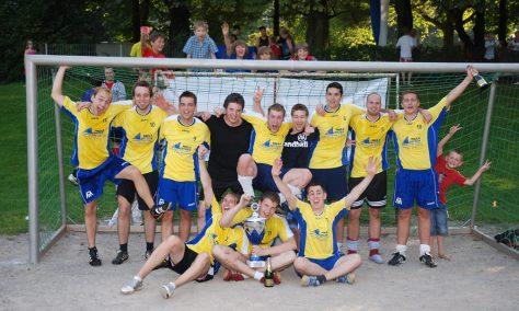 So war's vor zehn Jahren: A09-Handball gewann 2009 den erstmals ausgelobten Elektro-Siebers-Wanderpokal beim Ferienkehraus.