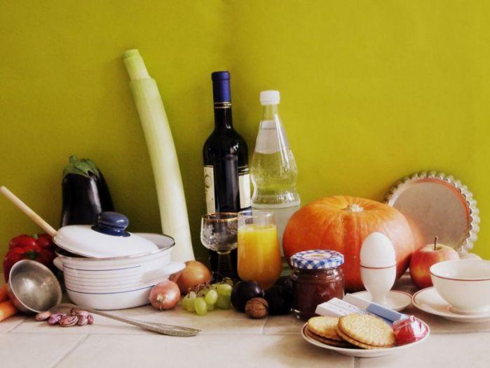 Symbolbild: Stillleben aus verschiedenen Obst- und Gemüsen sowie anderen Lebensmitteln