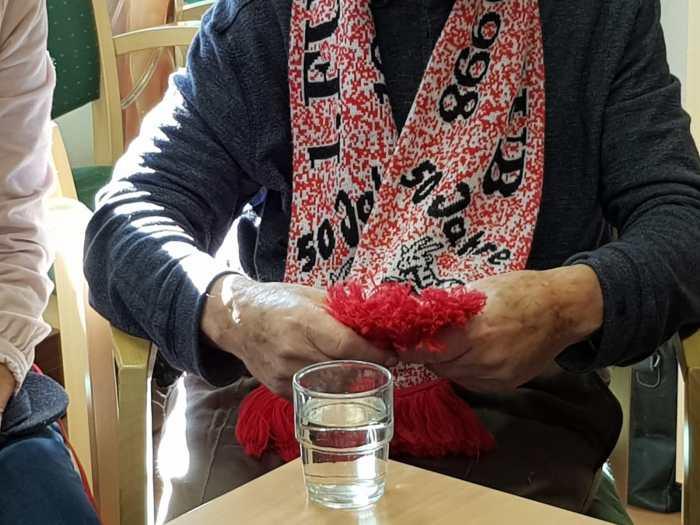 Ein Mensch mit einem FC-Schal
