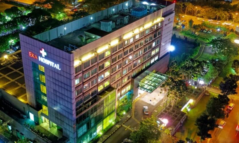 Ein Krankenhaus bei Nacht und aus der Vogelperspektive.