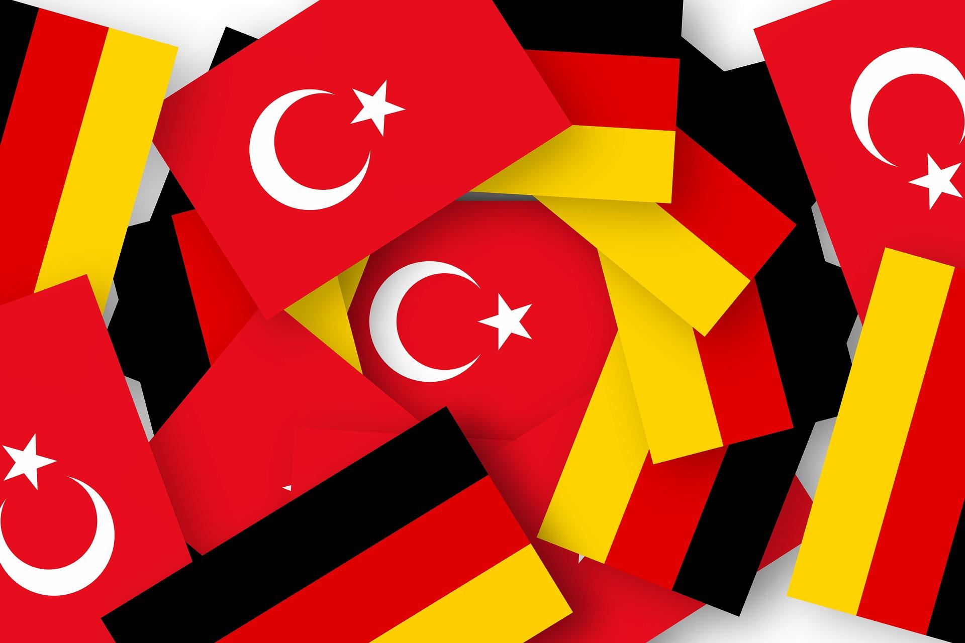 Mehrere Türkei und Deutschlandflaggen