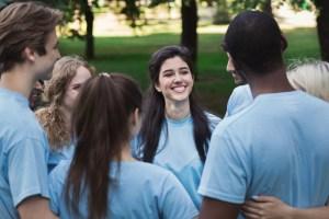 Foto einer Gruppe Jugendliche, die sich im Kreis umarmt.