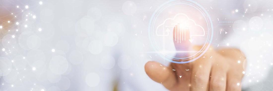 Eine Hand, die auf ein virtuelles Downloadsymbol klickt