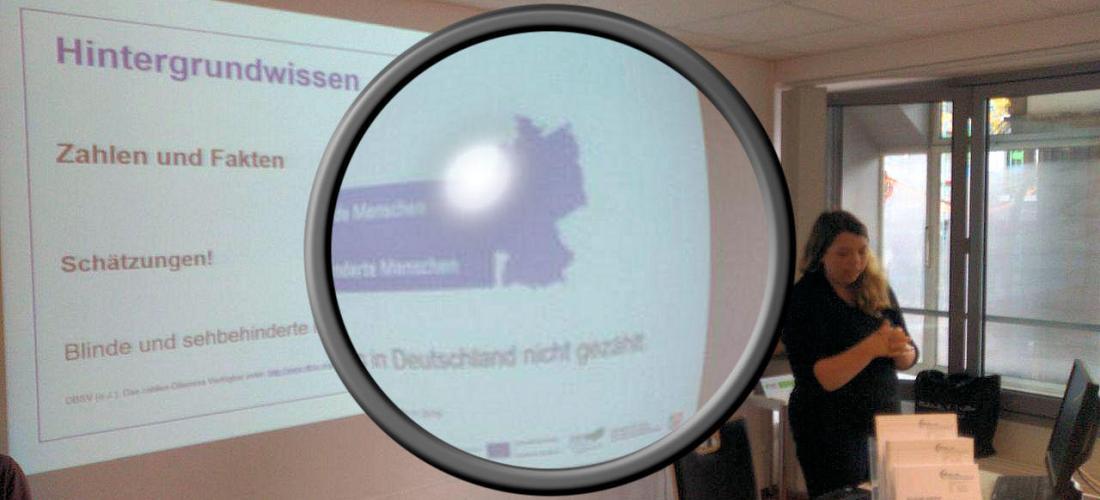 Die Illustration zeigt die Referentin vor der Leinwand. Es ist mit einem größeren Bildausschnitt (Lupe) verzerrt.