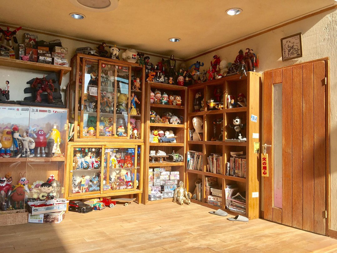 ARTIST MAKES MINIATURE MODEL OF HIS ROOM 22