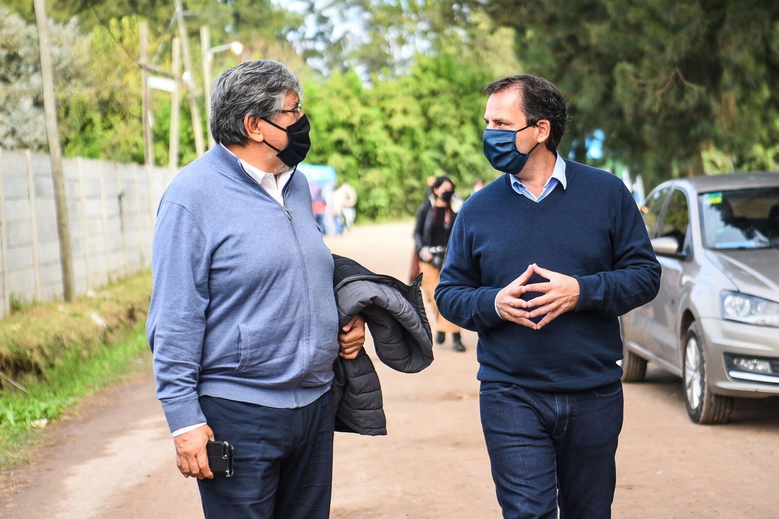 """Ariel Sujarchuk y Fernando """"Chino"""" Navarro supervisaron  el programa """"El barrio cuida al barrio"""" en Maquinista Savio"""