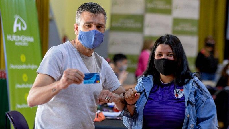 Zabaleta supervisó la entrega de 987 nuevas tarjetas del programa Alimentar