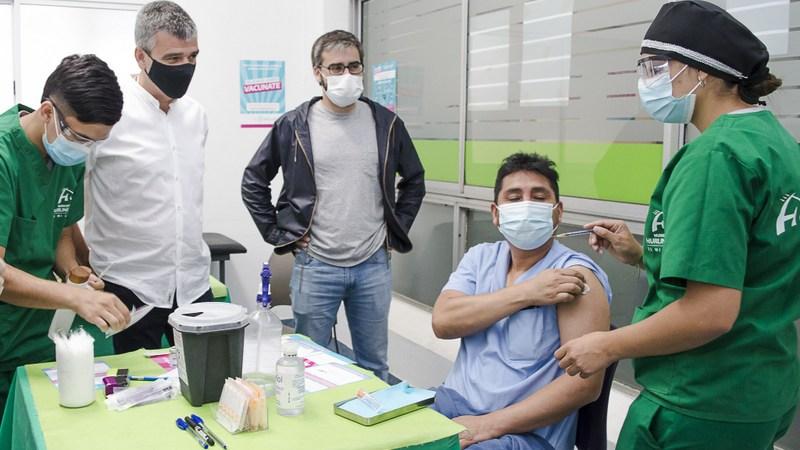 Zabaleta supervisó el inicio del plan de vacunación contra el Covid-19 en Hurlingham