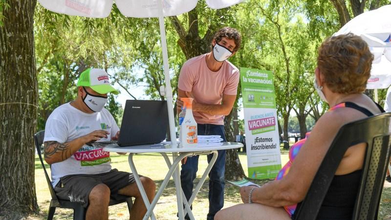 Juan Andreotti alentó a registrarse para vacunarse contra el Covid-19 a los abuelos de la Colonia de Verano