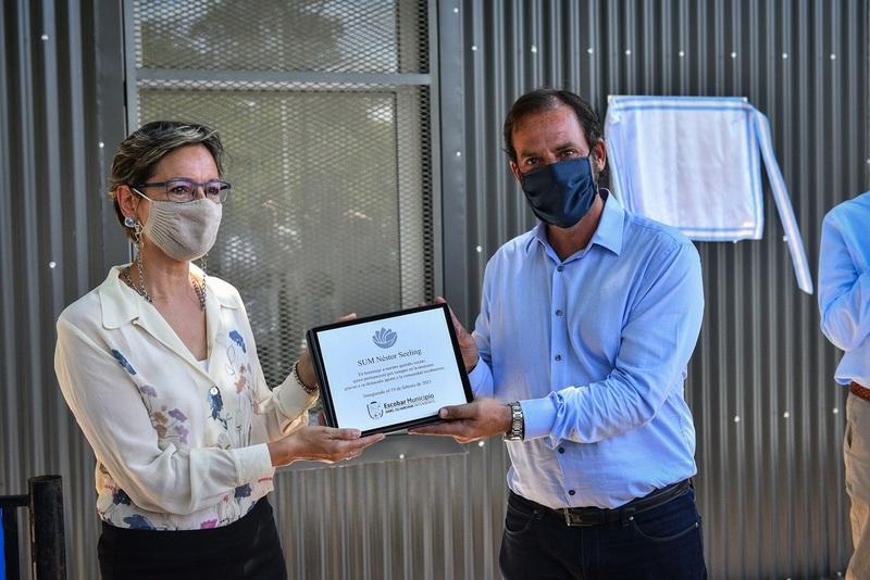 Ariel Sujarchuk participó del emotivo homenaje de la comunidad de Loma Verde al imponer el nombre de Néstor Seeling al SUM del polideportivo municipal