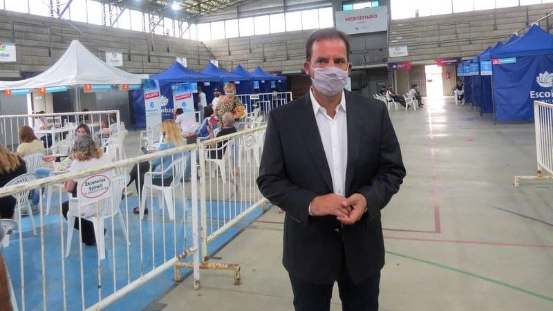 Ariel Sujarchuk supervisó el operativo de vacunación en el microestadio de Garín