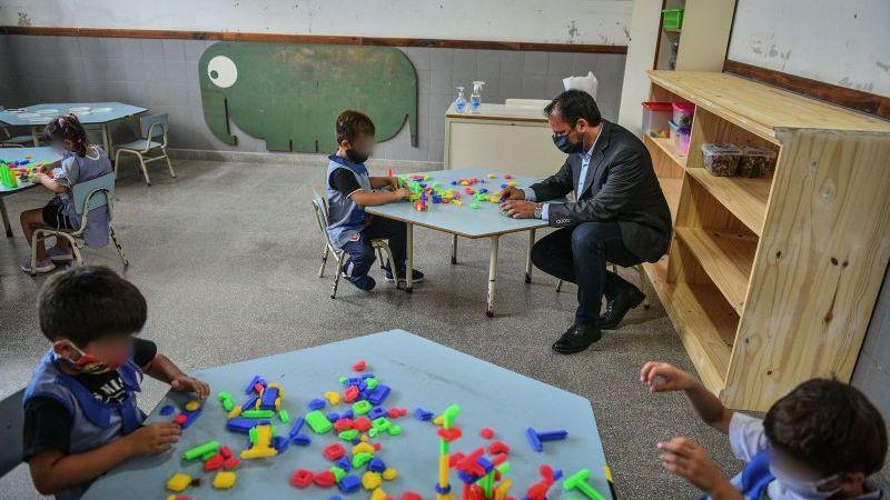 Ariel Sujarchuk supervisó el inicio de las clases presenciales y distintas obras de infraestructura en dos establecimientos educativos del distrito