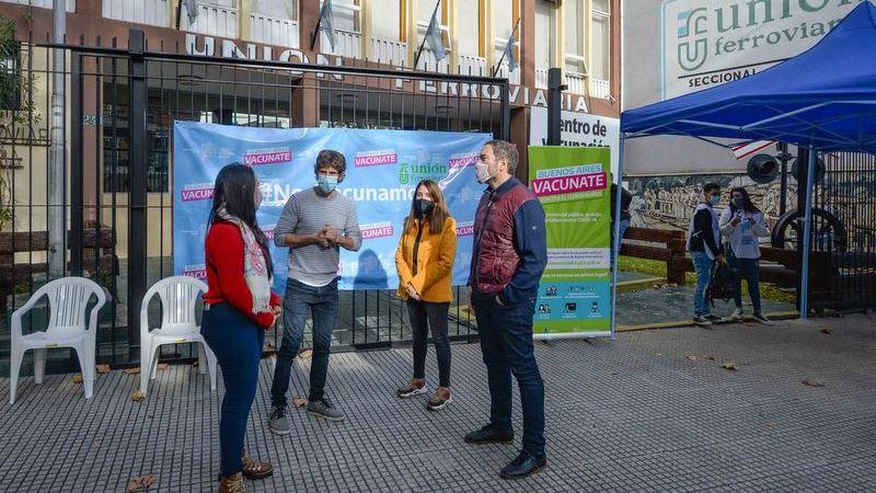 Juan Andreotti visitó el nuevo vacunatorio contra el COVID-19 que funciona en la sede de Unión Ferroviaria