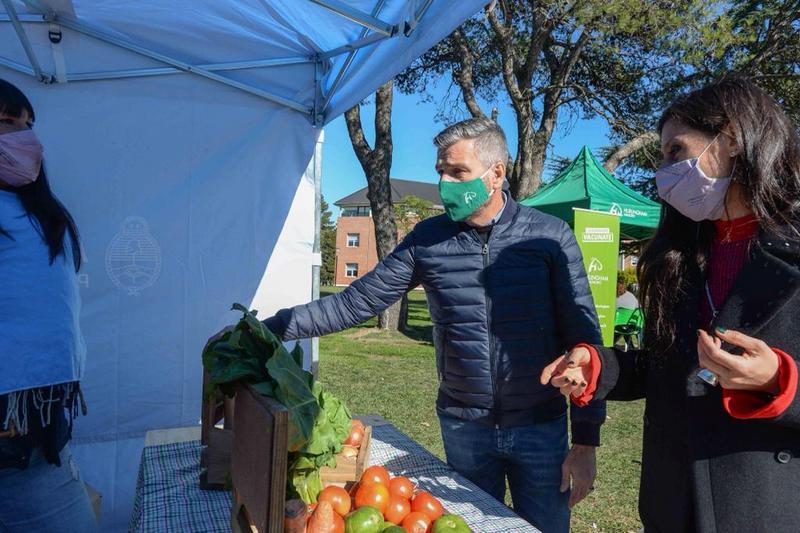 Zabaleta y Paula Español recorrieron el Mercado Federal Ambulante en Hurlingham