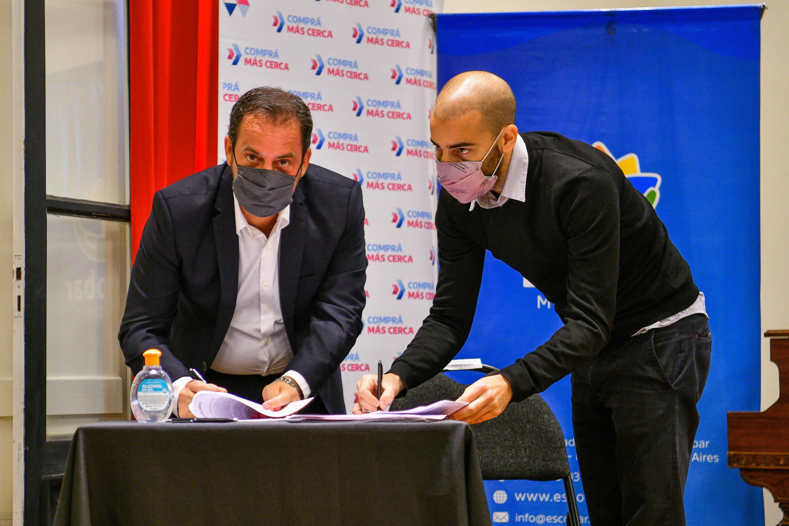 Ariel Sujarchuk firmó el convenio de adhesión al programa provincial Comprá Más Cerca junto al ministro Augusto Costa