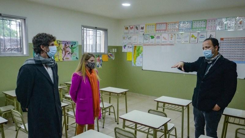 Juan Andreotti entregó mobiliario para equipar las nuevas aulas del Colegio San Rafael